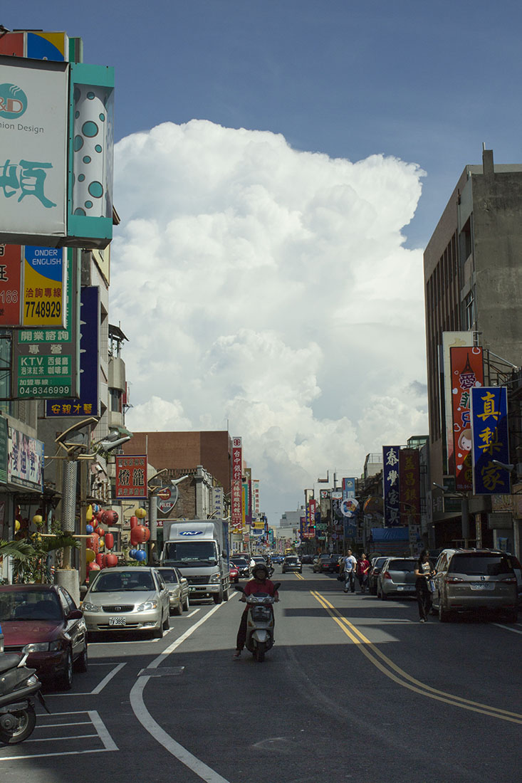 Taichung, voyage, rue, nuages au loin